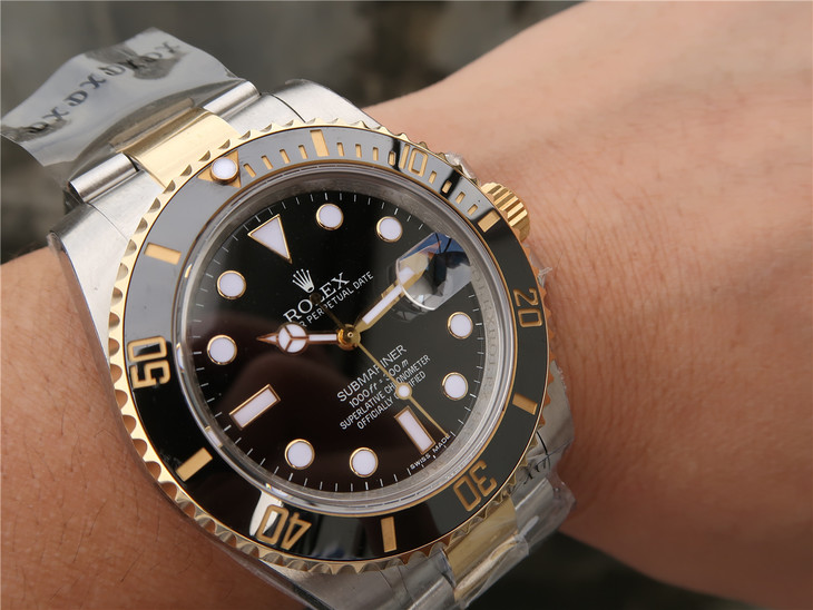 Replica Rolex Submariner 116613 Clasp Wrist Shot